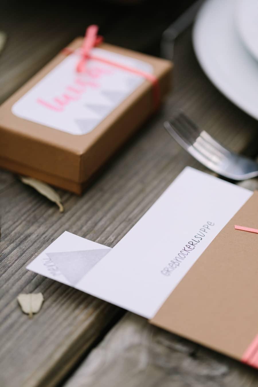 Hochzeit: Moderne Einladung und Papeterie in Pink und Kraftpapier