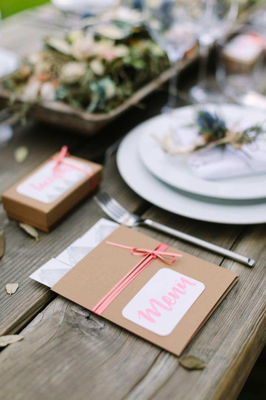 Hochzeit: Moderne Tischdeko in Pink und Kraftpapier