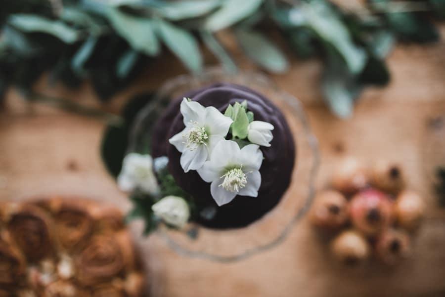 Drpping Cake mit dunkler Scholoade: Ideen für eine elegante Hochzeit in Grün und Gold