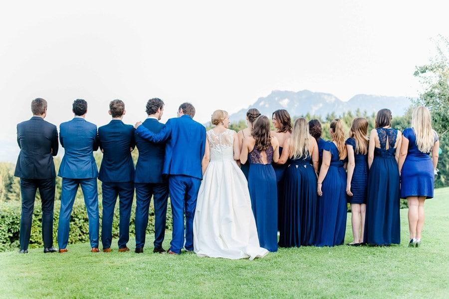 Internationale Sommer-Hochzeit in Blau und Weiß auf der Reiter Alm