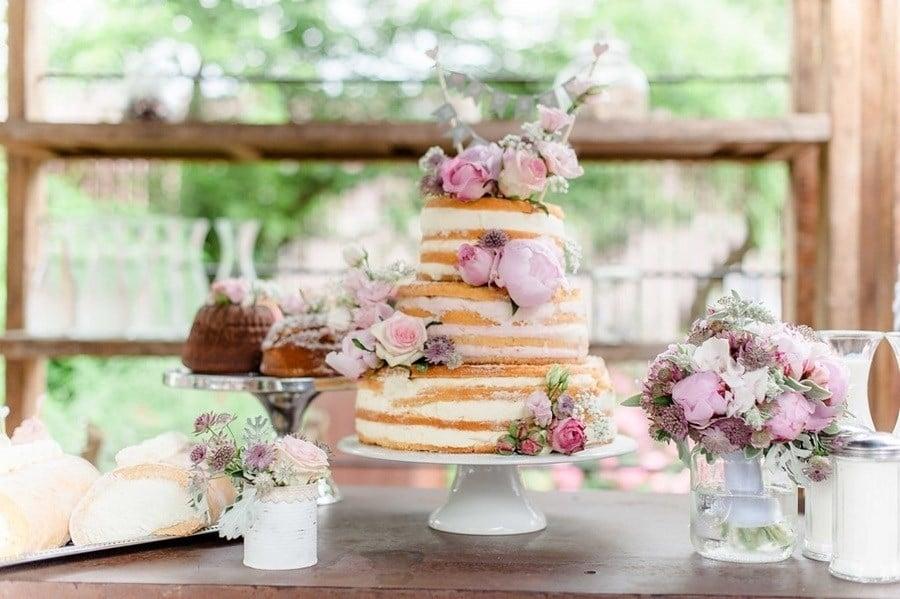 Süße Vintage-Hochzeit in Grau, Weiß und Altrosa in der Alten Spinnerei Kolbermoor