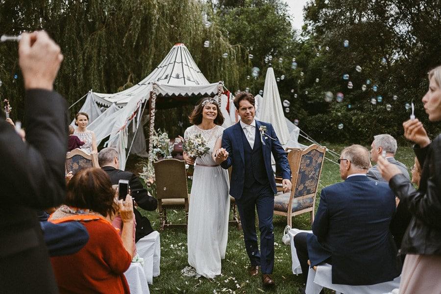 """Außergewöhnliche Hochzeit mit standesamtlicher Trauung im Garten der """"Stadtflucht Bergmühle"""" bei Wien"""
