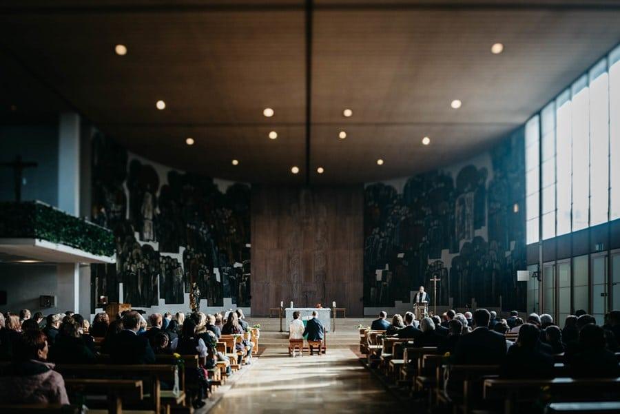 50er-Jahre-Architektur: Lichtspiele in einer modernen Kirche in München
