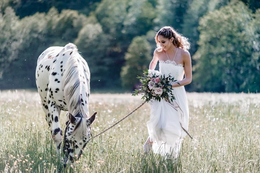Inspiration für eine Boho-Waldhochzeit mit Pferd