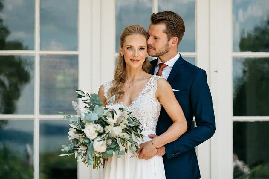 Klassisch-elegante Hochzeit in Weiß, Kupfer und Braun am Starnberger See