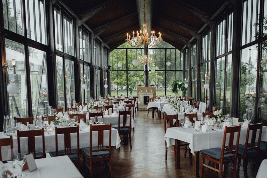 Klassische See-Hochzeit in Weiß in Sallers Badehaus am Chiemsee