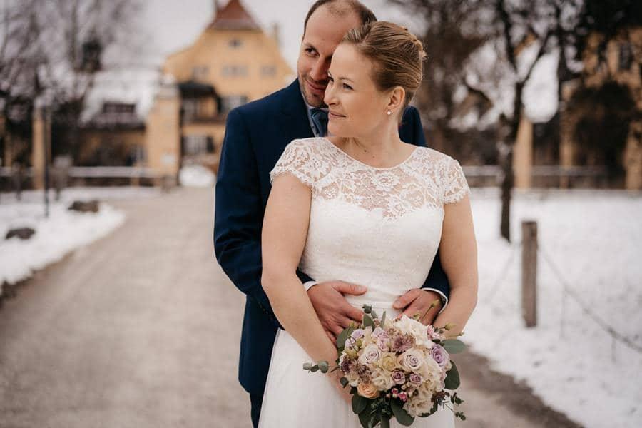 Winterhochzeit auf Gut Sonnenhausen mit Braut im Gipsfuß