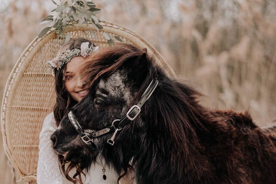 Braut-Inspiration für eine Boho-Vintage-Hochzeit (mit Pony)