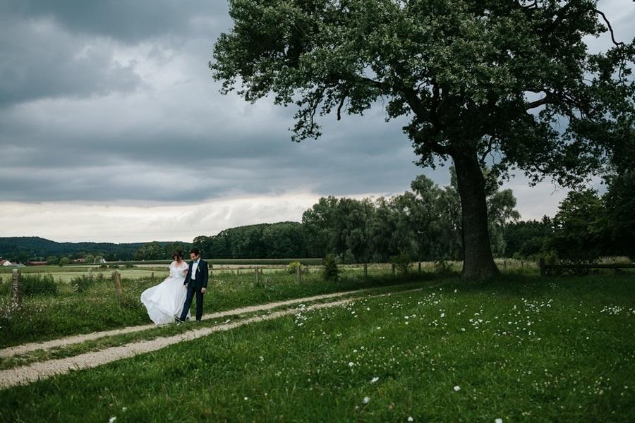 Indonesisch-bayerische DIY-Hochzeit in der Scheune von Gut Sedlbrunn