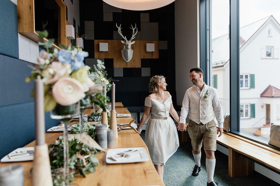Moderne bayerische Hochzeits-Inspiration in Grün-Blau